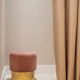cabine de change avec pouf rose rideau doré