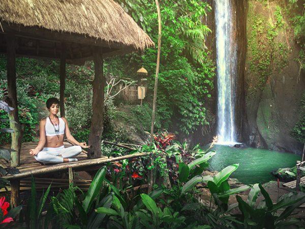 femme meditation cascade eau