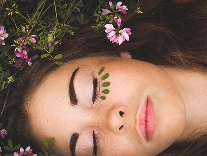 visage couvert de fleurs