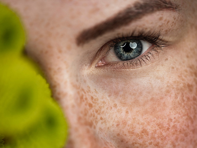 visage tache de rousseur yeux bleu