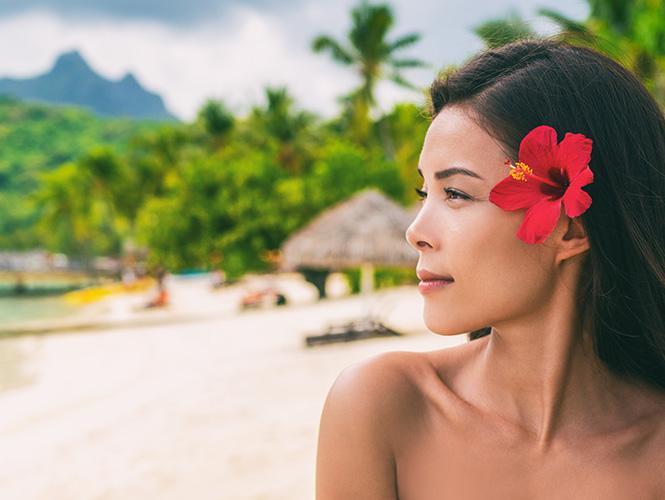 tahitienne fleur dans les cheveux