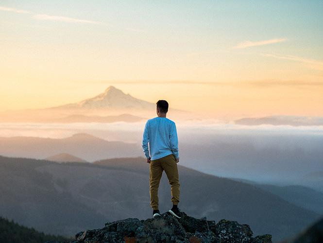 homme sommet montagne